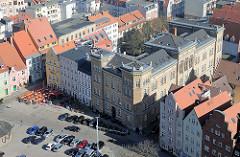 Historische Bebauung am Neuen Markt in der Hansestadt Stralsund - in der Bildmitte das 1874 errichtete Garnisionslazarett - Backsteinfassade, gelber Backstein.