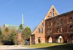 Wirtschaftsgebäude Kloster Bad Doberan - erbaut 1280, gotische Backsteinarchitektur; im Hintergrund der Doberaner Münster.