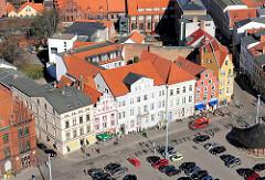 """Denkmalgeschützte Wohnhäuser / Geschäftshäuser am Neuen Markt in der Hansestadt Stralsund - die Häuser liegen im Kerngebiet des von der UNESCO als Weltkulturerbe anerkannten Stadtgebietes des Kulturgutes """"Historische Altstädte Stralsund und W"""