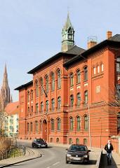 Fritz-Reuter-Schule / Rote Schule in der Hansestadt Demmin - Ziegelfassade, Uhrenturm - Kupfer; lks. im Hintergrund der Kirchturm der St. Bartholomaeikirche.