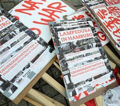 Demonstration für das Bleiberecht der Lampedusa-Flüchtlinge in Hamburg - Schilder.