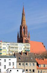 Kirchturm der St. Bartholomaei Kirche in Demmin - neogotische Architektur.