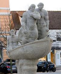 Betonplastik Lotsenehrung für Stephan Jantzen - Warnemünde am Leuchtturm, Bildhauer Reinhard Dietrich, 1976.