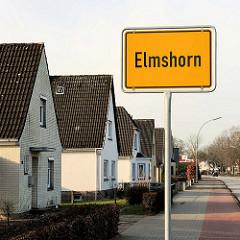 Ortschild Elmshorn - Einfamilienhäuser mit Spitzdach.