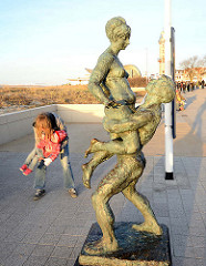 Bronzeskulptur Liebespaar an der Warnemünder Strandpromenade - Bronzeplastik, Bildhauer Wilfried Fitzenreiter, 1976.