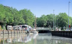 Blick über die Krückau in den Hafen von Elmshorn - lks. der Ewer Gloria.