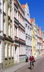 Historische Architektur in der Hansestadt Stralsund - mehrstöckige Wohnhäuser, Giebel - farbige Fassaden.