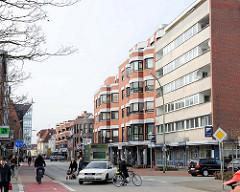 Hausfassaden im Architekturstil der 1970er Jahre - mehrstöckige Wohnhäuser, Gewerbe im Erdgeschoss; Schulstrasse in Elmshorn.