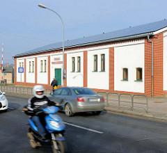 Sporthalle Werner Seelenbinder in Demmin, Mecklenburg Vorpommern; Strassenverkehr Motorroller in Fahrt.