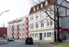 Alt und Neu - moderne Architektur und historischer Gründerzeit-Wohnblock in Elmshorn.