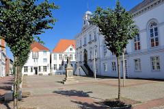 Rathaus Ständehaus Wache am Markt in Itzehoe, 1605 erbaut - westlich das spätklassizistische Ständehaus, 1835 erbaut.
