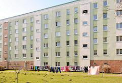 Mehrstöckiger Plattenbau - Wäsche zum Trocknen im Innenhof / Wiese; Bilder aus Rostock Lichtenhagen.