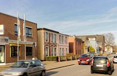 Neu + alt; historische Wohnhäuser und moderne Gewerbearchitektur in der Strasse Langelohe in Elmshorn.
