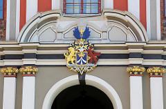 Schwedisch-pommersches Wappen der Hansestadt Stralsund am Stralsunder Rathaus.