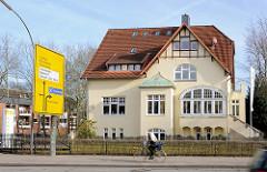 Einzelhaus - Stadtvilla; Architektur der Jahrhundertwende, Mühlenstrasse in Elmshorn, Verkehrsschild - Radfahrer in Fahrt.