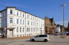 Repräsentative Architektur - Gründerzeitgebäude mit weisser Fassade, dahinter das Kreishaus Kreis Steinburg / Landratsamt.