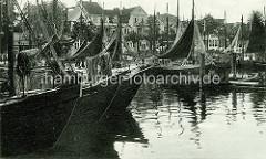 Historische Aufnahme vom Hafen in Warnemünde / Hansestadt Rostock - Fischkutter unter Segel, Fischewer im Hafen an der Warnow.