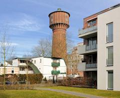 Alt + Neu; historischer Wasserturm Elmshorn - erbaut 1902, Höhe 45m. Neubauten, mehrstöckige Wohngebäude am Schleusengraben.