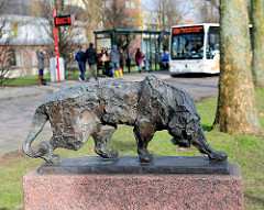 Bronzeskulptur Tiger, Martin Ruwoldt im Skulpturengarten am Probstendamm in Elmshorn.