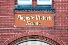 Fassadenbeschriftung, Ziegelfassade - Auguste Viktoria Schule in Itzehoe, Schleswig Holstein, gegründet 1906 als öffentliche Schule für Mädchen..