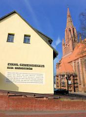 Evang. Gemeindehaus Elsa Brändström in Demmin - irischer Reisesegen: Möge dein Weg dir freundlich entgegenkommen.... - Kirchturm und Kirchenschiff der St. Bartholomaiekirche.