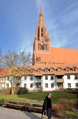 Wohngebäude und St. Bartholomaei Kirche in der Hansestadt Demmin.