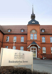Eingang Kreiskrankenhaus Demmin - Backsteinarchitektur.