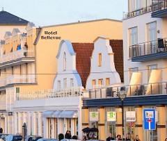 Hauser an der Strandpormenade von Warnemünde - moderne und historische Architektur, Hotels und Geschäftshäuser - neu + alt.