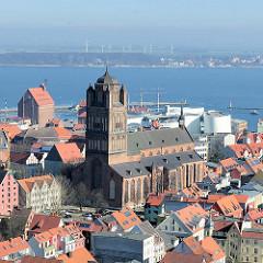 St. Jakobi-Kirche in der Hansestadt Stralsund - dreischiffige Pfeilerbasilika; urkundlich erstmals 1303 erwähnt.