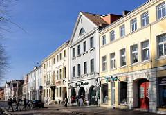 Häuserzeile - Geschäftshäuser, Wohnhäuser in Bad Doberan - restaurierte Gebäude.