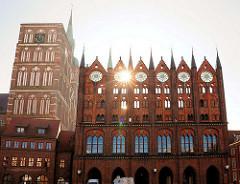Rathaus Stralsund - das historische Gebäude ist im Stil der norddeutschen Backsteingotik errichtet, dessen Anfänge aus dem 13. Jahrhundert stammen. Das Rathaus am Alten Markt gilt als einer der bedeutendsten Profanbauten des Ostseeraums und als das W
