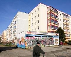 Mehrstöckige Wohnhäuser - Architektur in Rostock Lichtenhagen; Einzelhandel.