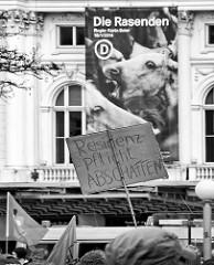 Demonstration für das Bleiberecht der Lampedusa-Flüchtlinge in Hamburg - handgeschriebenes Schild, Residenzpflicht abschaffen - im Hintergrund das Schauspielhaus.