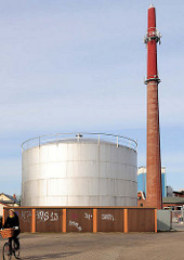 Industriearchitektur Elmshorn - Tankanlage, hoher Fabrikschornstein mit  Mobilfunk Telekommunikationsanlagen.