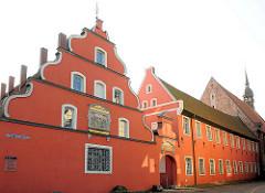 Eingangsfront der Heiliggeistkirche, Heiliggeisthospital in Stralsund.