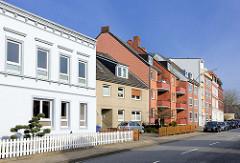 Wohnstrasse in der Stadt Elmshorn - mehrstöckige Wohnhäuser, unterschiedliche Baustile / Architektur.