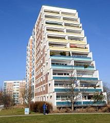 Architektur in der Grosssiedlung Rostock Lichtenhagen - Balkons in der Sonne.