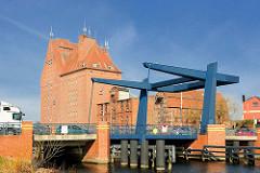 Klappbrücke / Kahldenbrücke über die Peene im Hafen der Hansestadt Demmin in Mecklenburg Vorpommern.