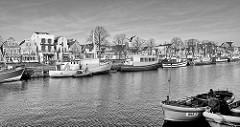 Warnemünde - Hafen am Alten Strom; Fischkutter am Kai; Häuser an der Vorreeg / Vordere Reihe.
