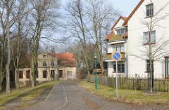Neubauten und verfallenes Wohnhaus - Alt + Neu, Architektur in der Hansestadt Demmin.