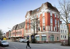 Mehrstöckiges Wohnhaus der Gründerzeit, Baustil Historismus - im Hintergrund Kaufhausarchitektur der 1970er Jahre - ehem. C & A Gebäude an der Schulstrasse.