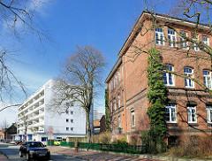 Re. das Schulgebäude Klosterhof-Schule in Itzehoe - im Hintergrund ein mehrstöckiges Wohngebäude / Neubau.
