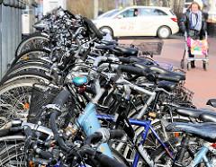 Fahrradparkplätze, abgestellte Fahrräder am Bahnhof Elmshorn.