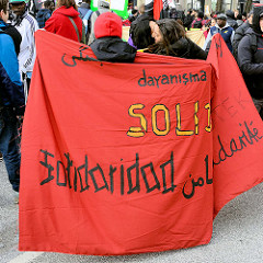 Demonstration für das Bleiberecht der Lampedusa-Flüchtlinge in Hamburg; Demonstrantinnen / Transparent Solidarität.
