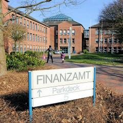 Schild Finanzamt - Neubau in Itzehoe, Schleswig Holstein.