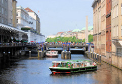 Zwei Fahrgastschiffe haben die Alsterschleuse am Hamburger Rathausmarkt verlassen und sind in das Alsterfleet zur einer Fleetrundfahrt eingefahren.