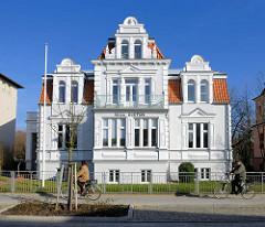 Architektur des Historismus, Baustil der Gründerzeit - weisse Villa Gustava in Bad Doberan, blauer Himmel.