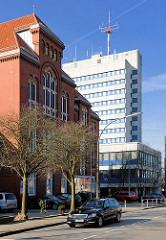 Gebäude der Auguste Viktoria Schule in Itzehoe, dahinter der Neubau des mehrstöckigen Polizeigebäudes.