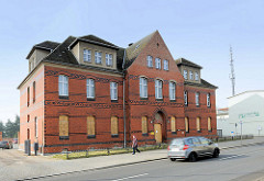 Strassenansicht des leerstehenden historischen Backsteingebäudes vom Amtsgericht Demmin.