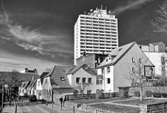 Wohnhäuser - Wohnblocks vor einem Hochhaus in Itzehoe - Schwarz Weiss Aufnahme, Architekturfotografie.